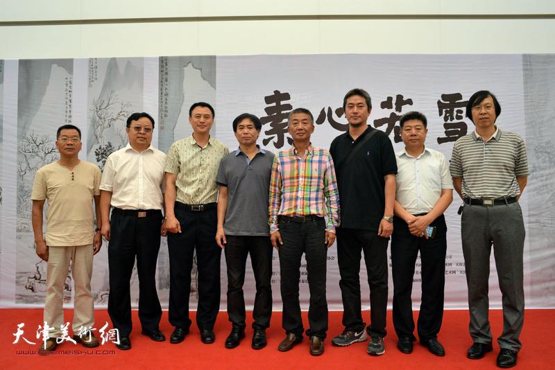 邓国源、肖培金、路洪明、陈志莹、卢世明等在画展现场。