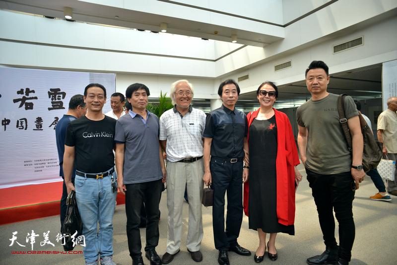 左起:李龙云、肖培金、李庆增、李孝萱、王红、李旺在画展现场。
