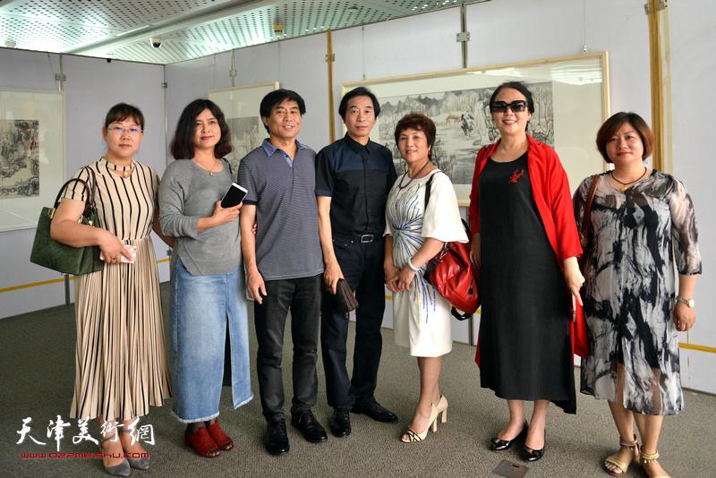 左起:王淑云、曹风梅、肖培金、李孝萱、吉杰、王红、仙丽萍在画展现场。