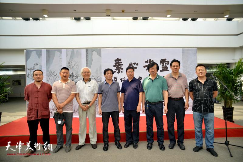 左起:王炳建、郑连群、李庆增、肖培金、姚新、史振岭、潘津生、翟宏斌在画展现场。