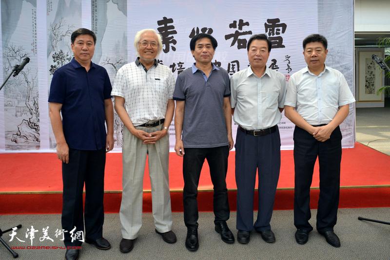 左起:姚新、李庆增、肖培金、杨建国、张养峰在画展现场。