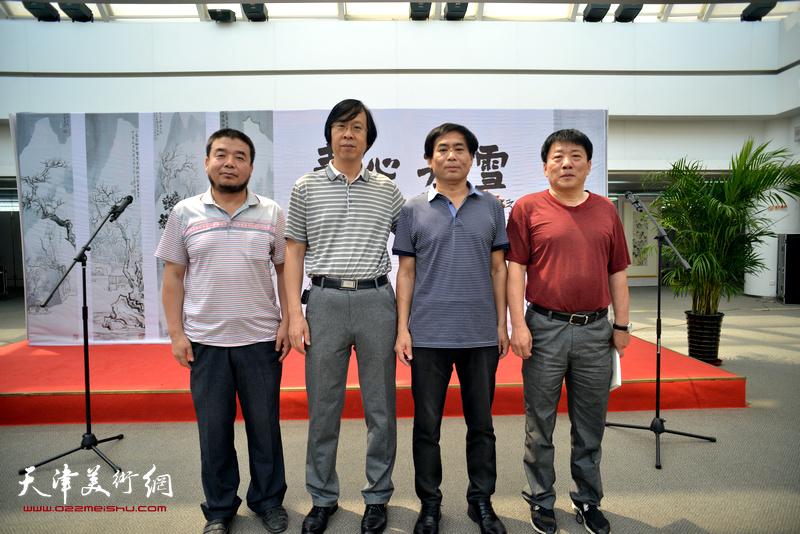 左起:田军、路洪明、肖培金、高原春在画展现场。
