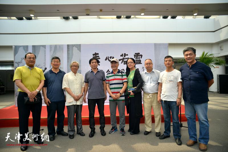 肖培金与李延春、康永明、李嘉伦、张新、吴晓晨等在画展现场。
