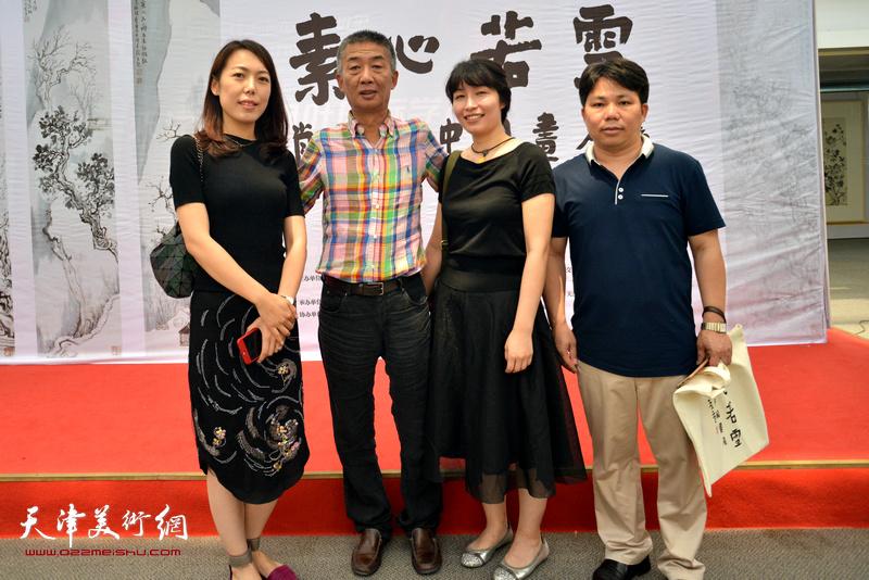 邓国源与于梅、吴陈鹏在画展现场。