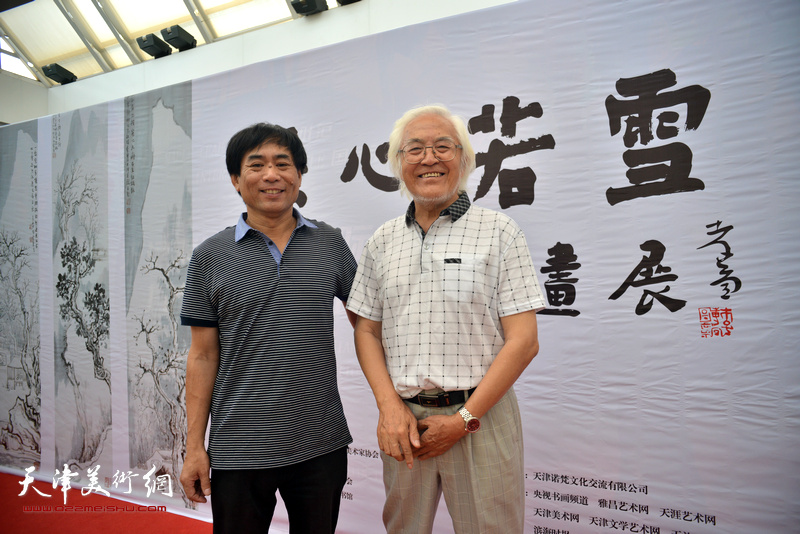 肖培金与李庆增在画展现场。