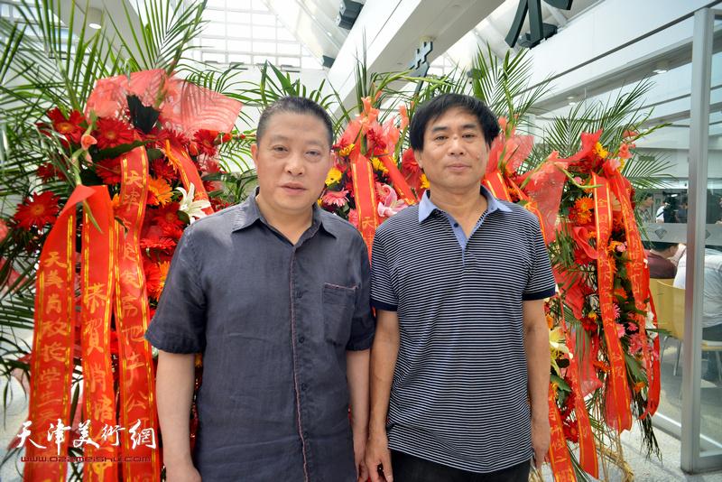 肖培金与曹志宏在画展现场。
