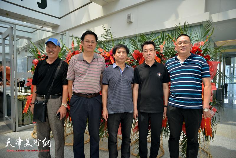 左起:李学铭、潘津生、肖培金、孙建中、刘志强在画展现场。