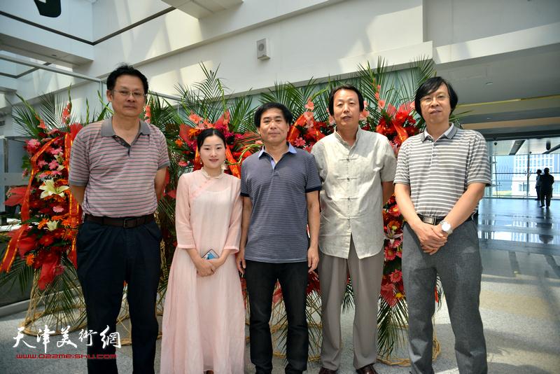 左起:潘津生、黄紫薇、肖培金、孔宪江、路洪明在画展现场。