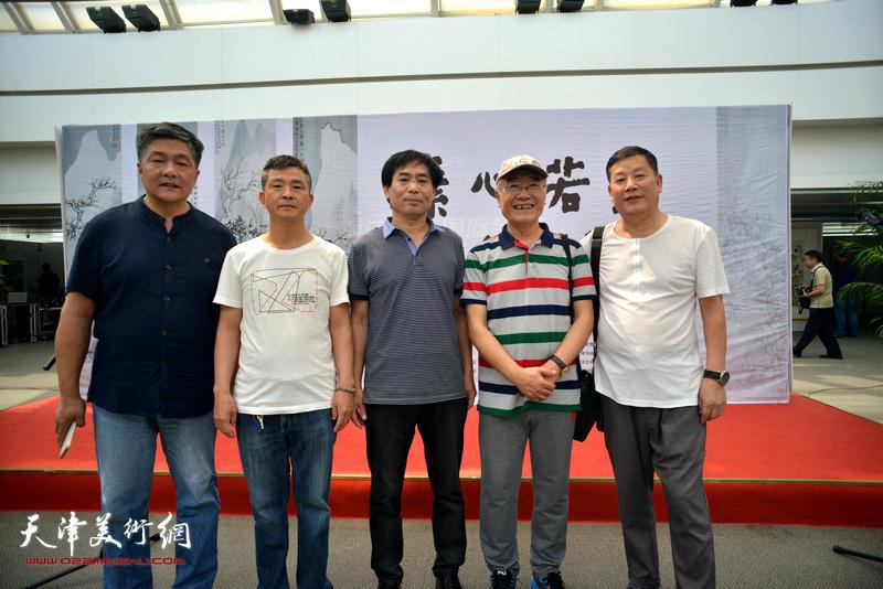 肖培金与康永明、徐胜利、吴晓晨在画展现场。