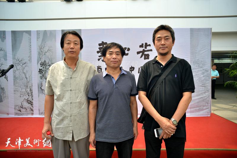 肖培金与孔宪江、陈志莹在画展现场。