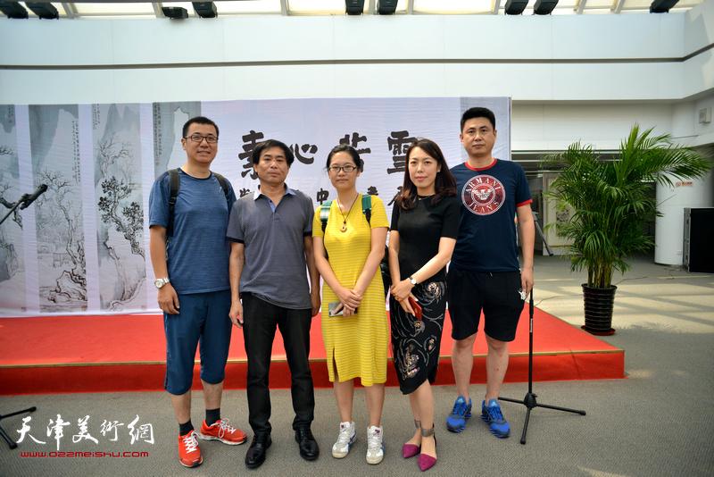 左起:刘斌楠、肖培金、苏雪晶、于梅、陈宝军在画展现场。