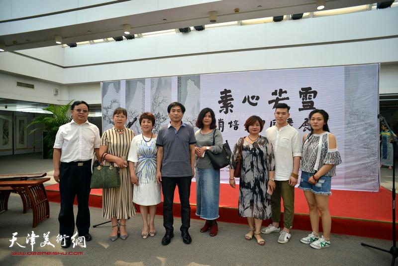左起:卢世明、王淑云、吉洁、肖培金、曹风梅、仙丽萍、张浩、杨梦在画展现场。