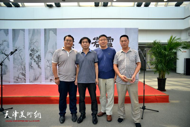 左起:韩广毅、肖培金、张国俊、薛广顺在画展现场。