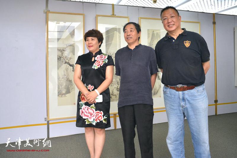 左起:甄永清、李孝椿、车志强在画展现场。