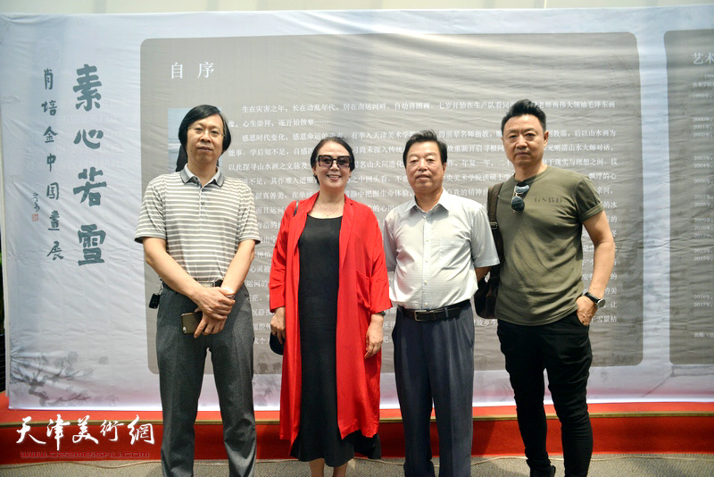 左起:路洪明、王红、杨建国、李旺在画展现场。