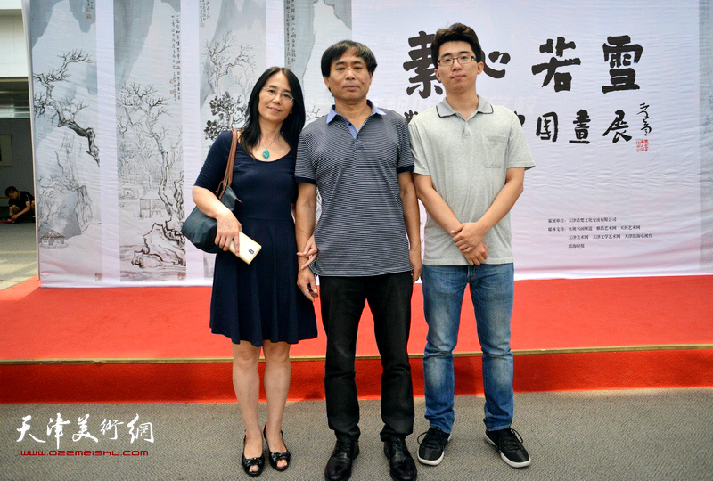 肖培金与爱人姜梅、儿子肖宇在画展现场。