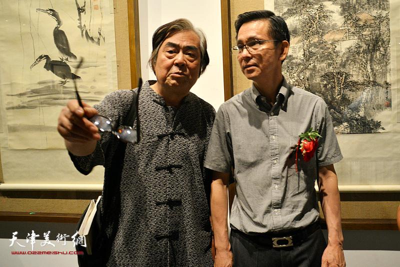 何家英与陈连曦在画展现场。