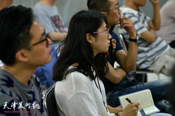 前来聆听讲座的青年画家在讲座现场。