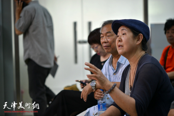 武颖萍向马寒松提问。