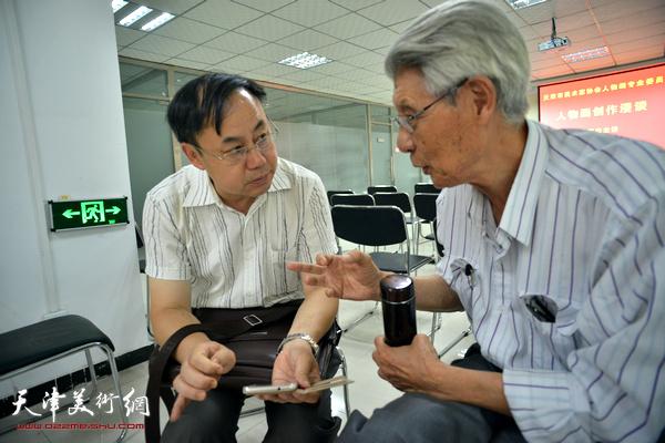 杨德树、李新禹在讲座现场交流。