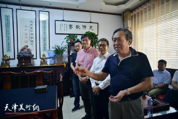 天津市美术家协会副主席刘国胜向大家介绍童衍方、唐存才