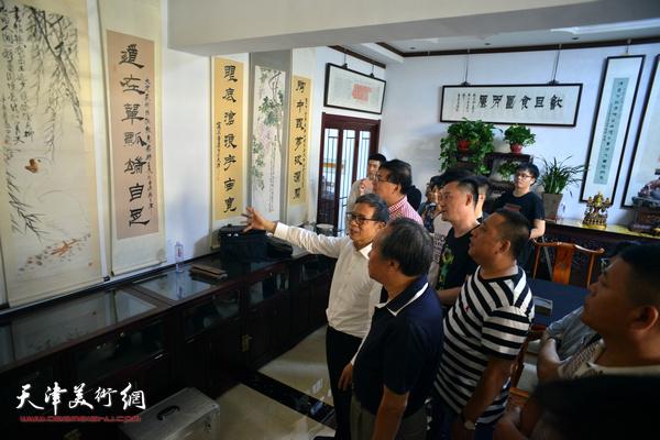 童衍方与津门书画家、爱好者交流。