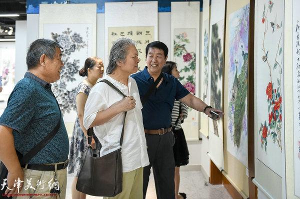 左起:熊德成、周志才、郭振发参观展览