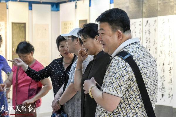 右起:孙亮、单国均、皇浦秉钧、张玉兰参观展览