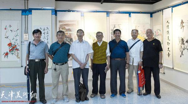 左起:樊兰华、熊德成、王玉琦、黄珠满、郭振发、宁玉森、李恩元在展览现场。