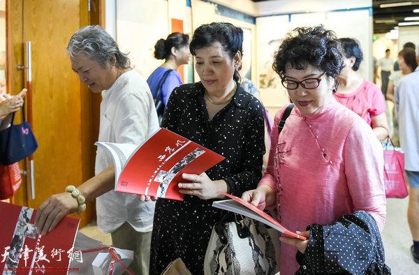 左起:周志才、张玉兰、张琦在画展现场。