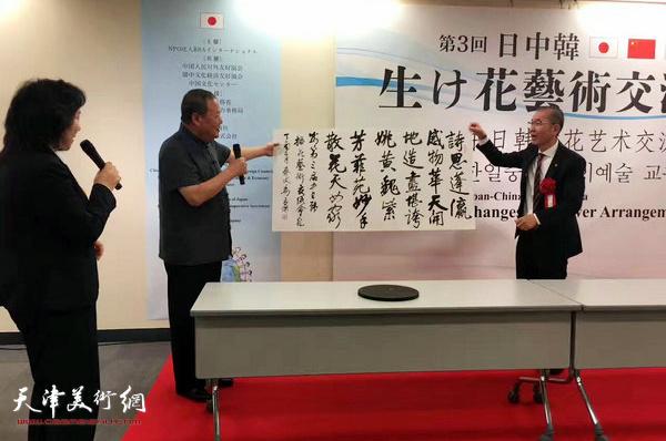 马孟杰在第三届中日韩插花艺术交流会现场挥毫赋诗