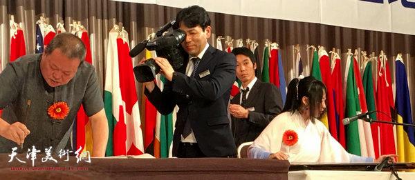 日本媒体跟踪采访马孟杰、马丽亚父女。