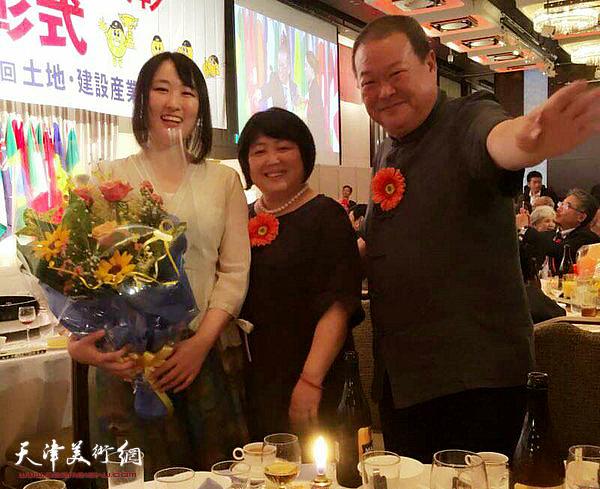 马孟杰、马丽亚父女在第三届中日韩插花艺术交流会现场。