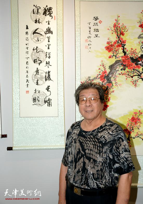 杨志民在画展现场作品前。