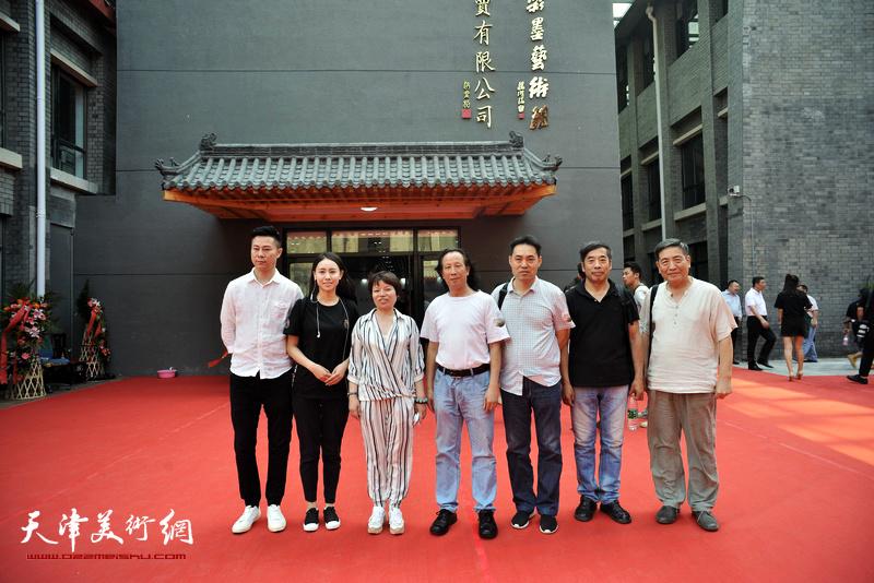 李炳训、高山、陆家明与光影彩墨艺术馆馆长陈德频、承龙等在光影彩墨艺术馆。