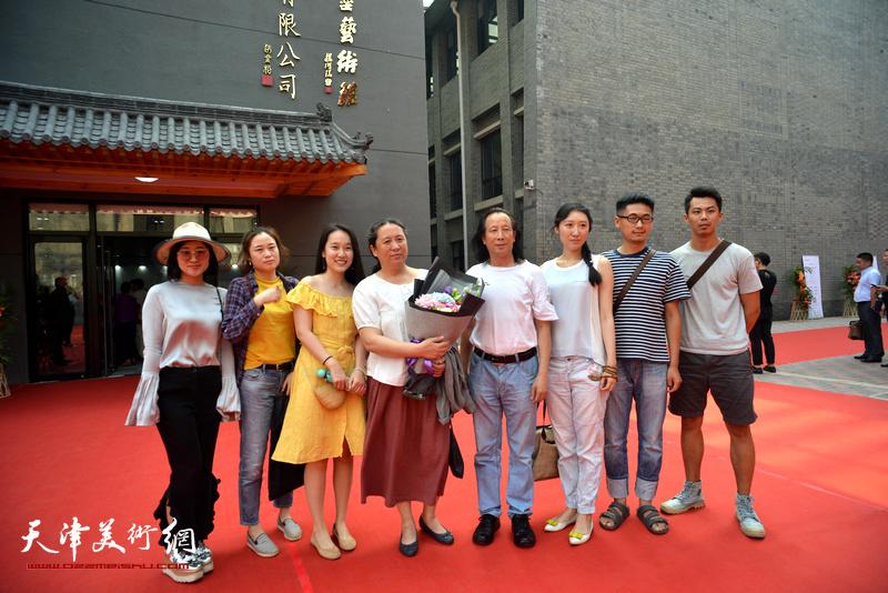 周世麟、郑岱、冷艺丹在光影彩墨艺术馆。