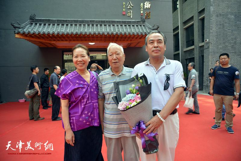 焦俊华、郑岱、李寅虎在光影彩墨艺术馆。