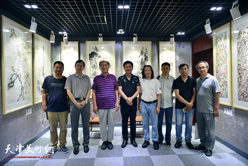 左起:王润、路洪明、何延喆、朱军、周世麟、高山、陆家明、陈福春在光影彩墨艺术馆。