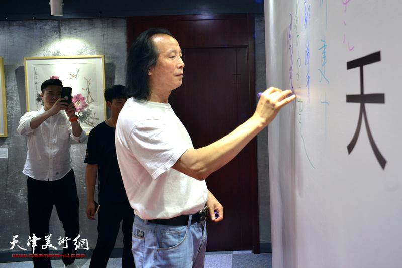 周世麟在光影彩墨艺术馆签到。