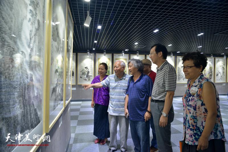焦俊华、刘向东、韩丽英、李娜、路洪明观看展品。