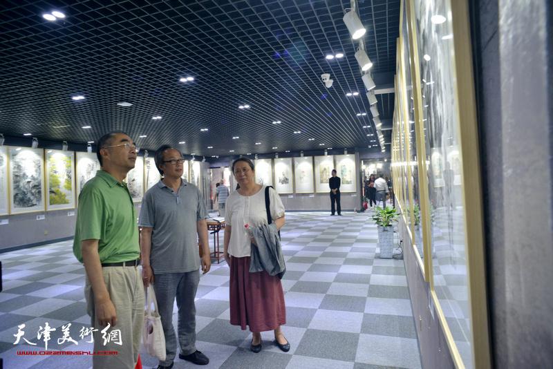 陈福春、郑岱、喻建十观看展品。