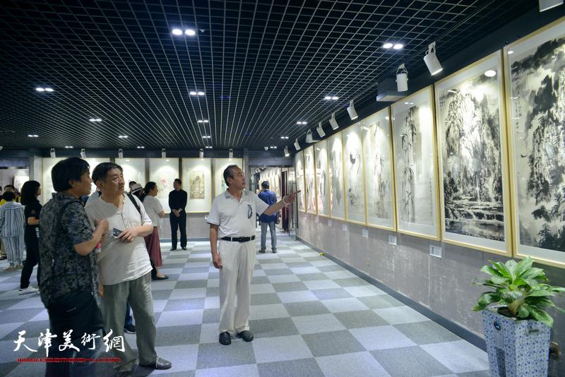 李炳训、李寅虎、林晓明观看展品。