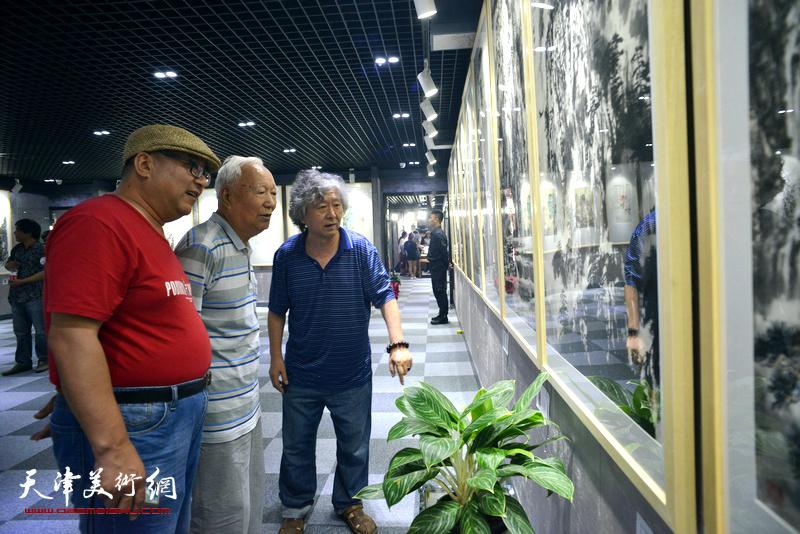 焦俊华、刘向东在观看展品。