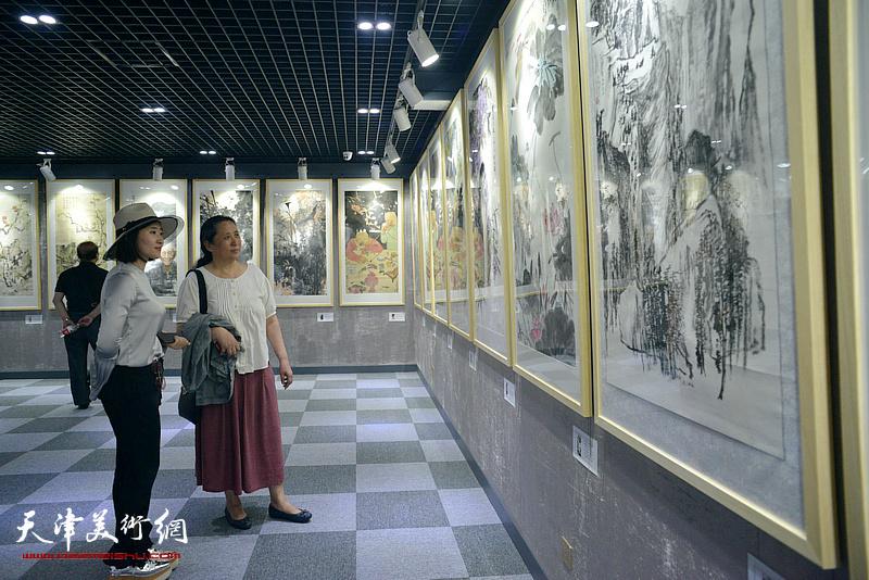 郑岱、冷艺丹在观看展品。