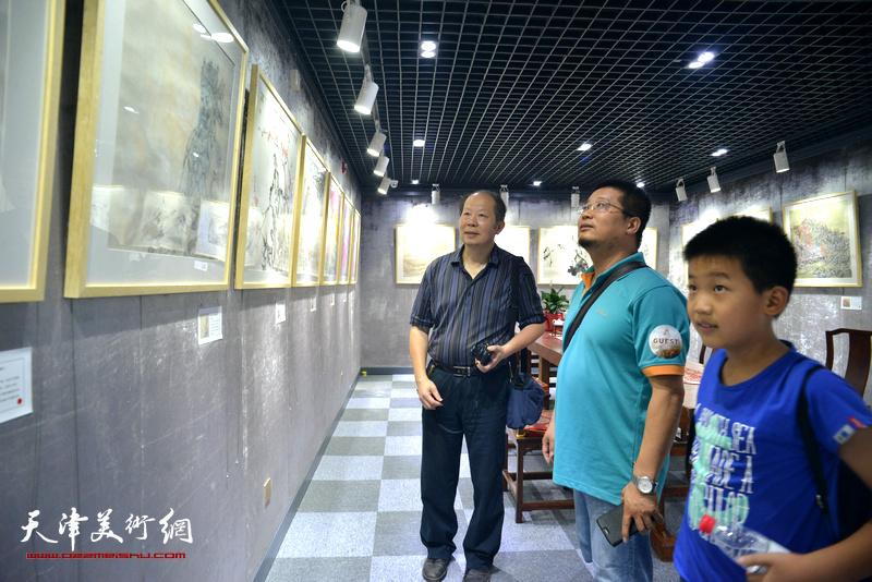 邬海清、闫勇在观看展品。