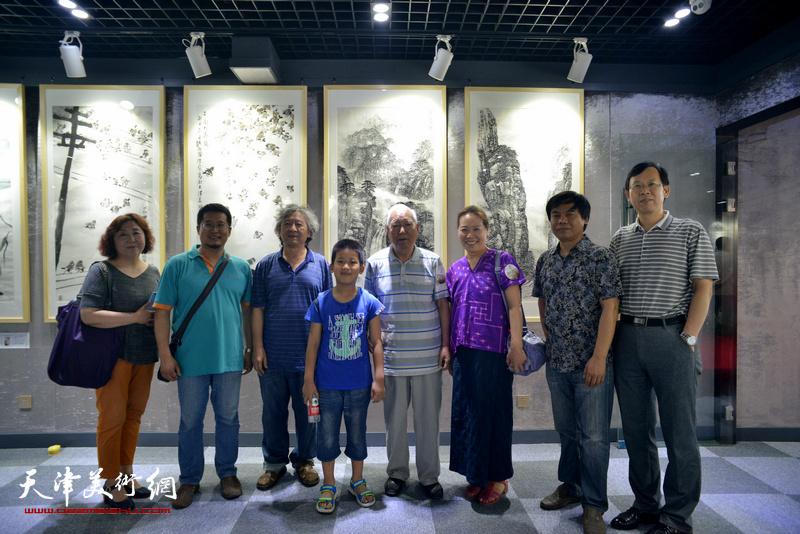 焦俊华、刘向东、韩丽英、林晓明、路洪明、闫勇、焦小红在画展现场。
