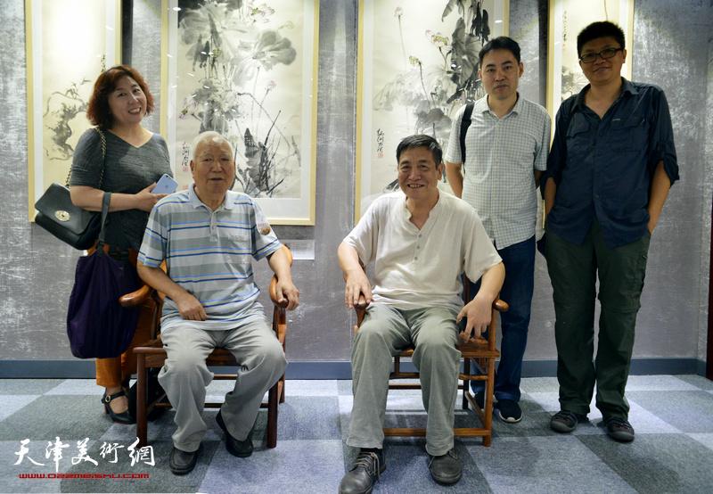 焦俊华、李炳训、焦小红、高山、李旭飞在画展现场。