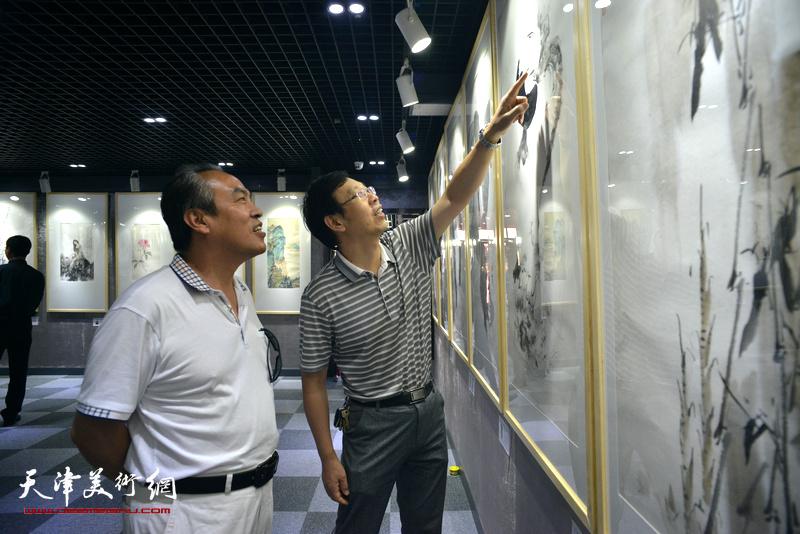 李寅虎、路洪明在观看展品。