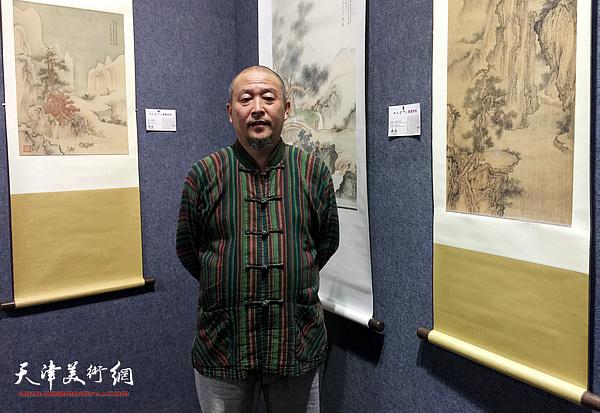 天津著名画家缪文杰在画展上。