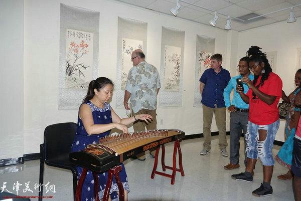 著名古筝表演艺术家邓海琼女士在展览现场进行了古筝演奏